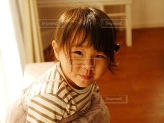窓際で微笑む女の子の写真・画像素材[4149446]