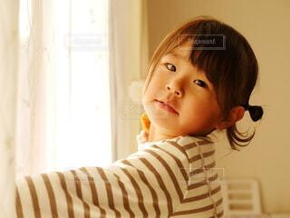 カーテンを開ける女の子の写真・画像素材[4149447]