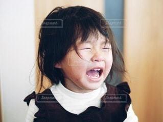 寝起きで泣いている女の子の写真・画像素材[4149453]