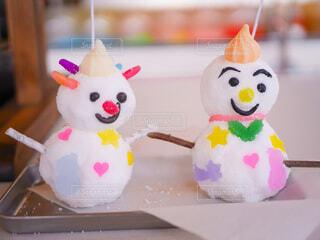 子供たちが作った雪だるまのろうそくの写真・画像素材[4149459]