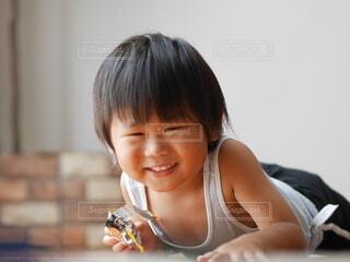 カメラを見つめる子供の写真・画像素材[4149464]