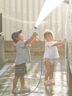 洗車を手伝う兄妹の写真・画像素材[4149469]