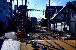 鉄の線路上の列車の写真・画像素材[4664874]