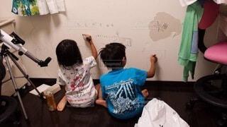 壁に落書きする子供の写真・画像素材[4160800]