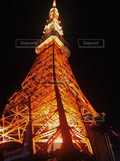 時計塔を背景に東京タワーの夜のライトアップの写真・画像素材[1294402]