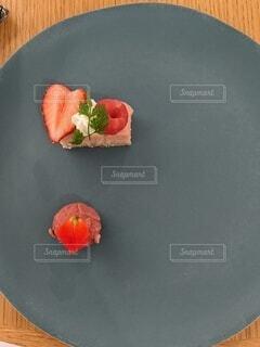 お皿の上にいちごの小さなデザートの写真・画像素材[4338642]