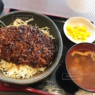 皿の上に食べ物のボウルの写真・画像素材[4150330]