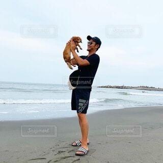 浜辺に立っている男の写真・画像素材[4155536]