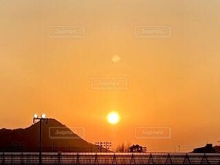 山とビニールハウスと夕焼けの写真・画像素材[4178738]