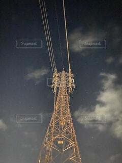 夜空と鉄塔と電線の写真・画像素材[4232478]