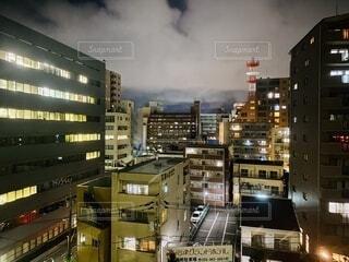 夜のビル群の灯りと曇り空の写真・画像素材[4654523]