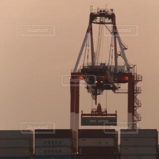 コンテナを吊り下げる巨大クレーンの写真・画像素材[4154800]