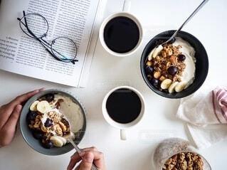 ヨーグルトとグラノーラの朝食風景の写真・画像素材[4152453]