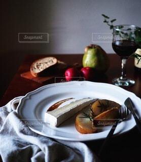 チーズと洋梨ソテーの前菜の写真・画像素材[4152455]