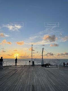 水平線に沈む夕陽の写真・画像素材[4871930]