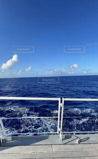 青い海と青い空の写真・画像素材[4871935]