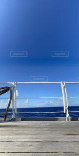 青い海と青い空の写真・画像素材[4871941]
