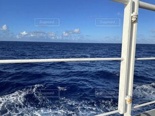 青い海と青い空の写真・画像素材[4871934]