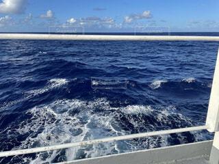 青い海と青い空の写真・画像素材[4871936]