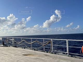 青い海と青い空の写真・画像素材[4871991]