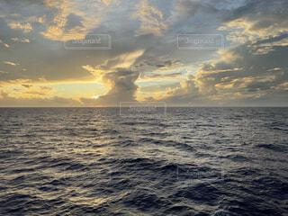 海の上の夕方の写真・画像素材[4872008]