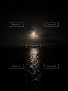 暗闇の中の月の写真・画像素材[4872179]