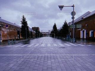 道路の脇に座っている信号機の写真・画像素材[4872207]