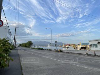 道路の脇に焦点を当てた街の風景の写真・画像素材[4872776]
