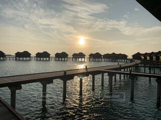 モルディブ 水上バンガロー サンセットの写真・画像素材[4375700]