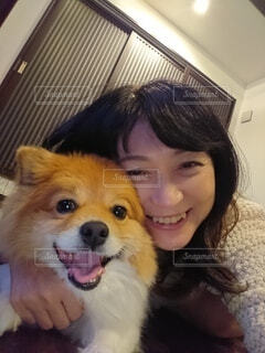 一緒だと自然に笑顔になれる素敵な友達の犬と女性の写真・画像素材[4158997]