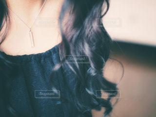 黒の t シャツを着ている女性の写真・画像素材[873382]