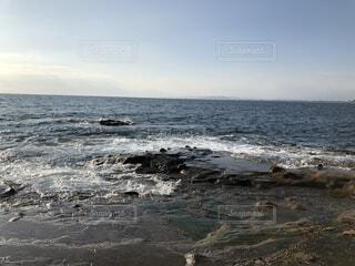 海の隣の岩場の写真・画像素材[4157378]