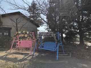 建物前のベンチの写真・画像素材[4550143]