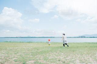 湖畔で遊ぶ親子の写真・画像素材[1002906]