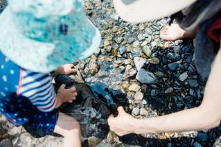 川で遊ぶ親子の写真・画像素材[1002984]