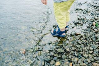 波打ち際に立つ男の子の写真・画像素材[1002988]