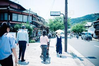 通りを歩く人々 のグループの写真・画像素材[1003008]