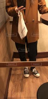 鏡の前でポーズをとっている人の写真・画像素材[4160111]