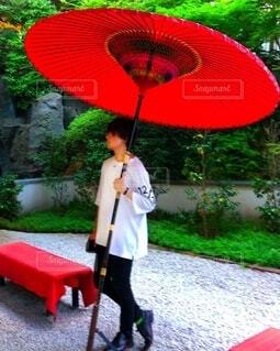 赤い傘を持っている人物の写真・画像素材[4173146]
