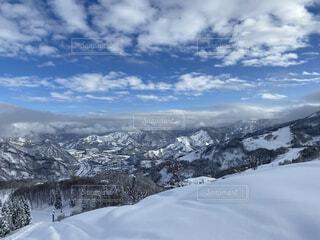 雪に覆われた斜面の上に立っている男の写真・画像素材[4165545]
