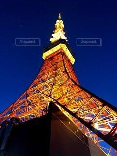 東京タワーを背景に背景に大きな時計塔の写真・画像素材[4163846]