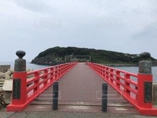 水の体に架かる長い橋の写真・画像素材[4163849]