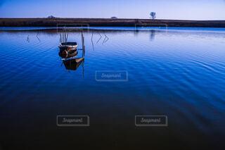 湖中に忘れ去られた小舟の写真・画像素材[4163835]