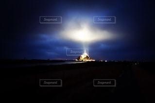 夜にライトアップされた大きな塔の写真・画像素材[2503195]