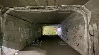 狭く怪しいトンネルの写真・画像素材[4170788]