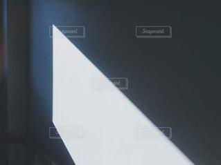 白い壁に差す自然光の写真・画像素材[4198622]