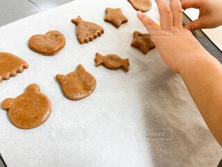 クッキーの型抜きをする子どもの手の写真・画像素材[4169590]
