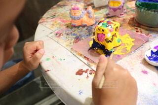 シーサーに色付けをする男の子の写真・画像素材[4169670]