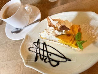 食後のデザートでのんびりカフェオレとかぼちゃのタルトをの写真・画像素材[4181325]