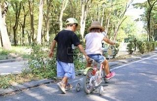 お兄ちゃんと一緒に自転車の練習をする妹の写真・画像素材[4198403]